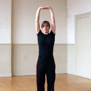 Rechtop staand opladen en doorstromen, met de handpalmen naar boven gedraaid