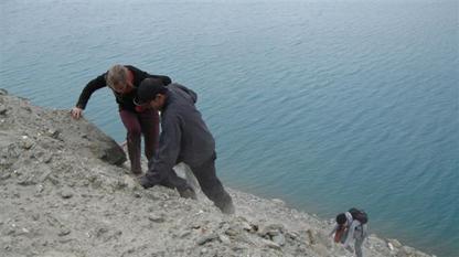 Klimmen over los gesteente bij Lake Pangong