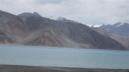 Lake Pangong in Ladakh, Noord-India, vormt een stukje van de grens met Tibet