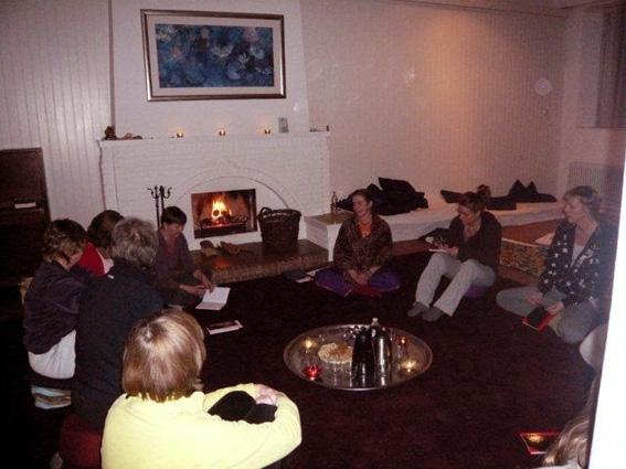 Yogaweekend Drenthe 2011 met Lydwina Meerman_Yoga Mantra Meditatie_Avond bij de open haard