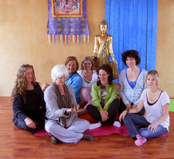 Yogaweekend met Lydwina Meerman _ in het Zonnehuis in Friesland_1-3 juni 2012_Groepsfoto met beeldje van Ganesha_het thema van ons yogaweekend _