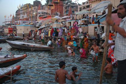 Lydwina Meerman _ India 2004 _ Varanasi _ pelgrims aan de heilige rivier de Ganges