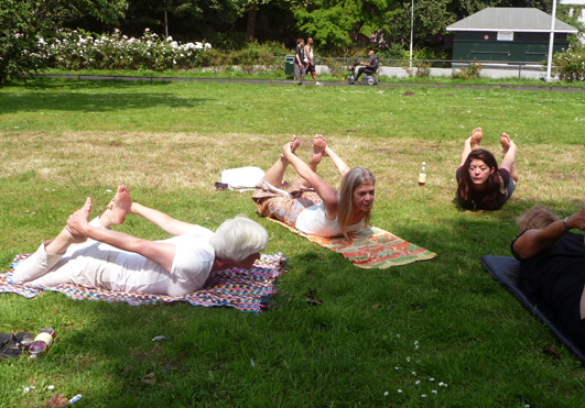 Yoga in het Westerpark Amsterdam 2 juli 2013 _ Lydwina Meerman Yoga Claverhuis Amsterdam Jordaan_