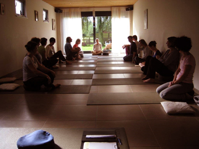 Een indruk van onze yogagroep in een fijne yogazaal