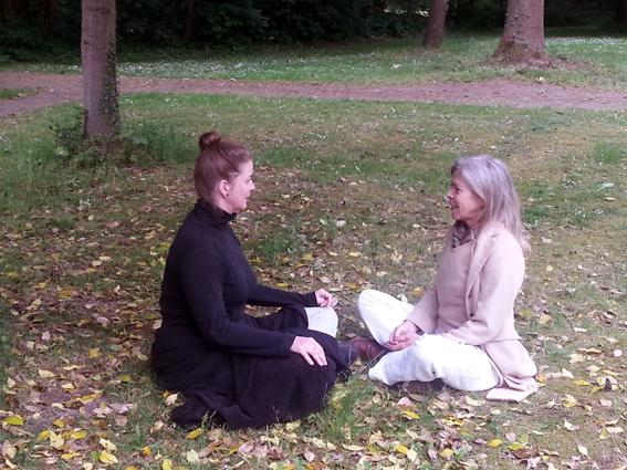 Lydwina met Sandra, een cursist uit de yogaopleiding