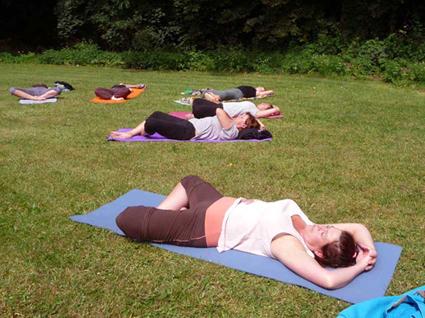 Bij mooi weer: yoga in het kloosterpark