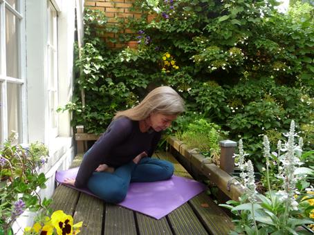 Adembewustzijn: een oefening ter voorbereiding van meditatie Leg je handen met de palm naar boven achter je op de grond. Adem een paar maal in en uit, met pauzes tussen de ademingen. Ga op een uitademing met je romp naar voren…