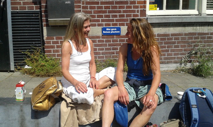 De laatste lesdag, in de zon, op de stoep van onze leslocatie: het Claverhuis in Amsterdam