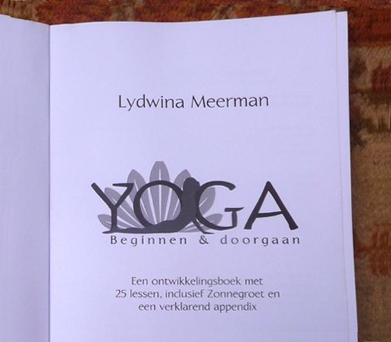 YOGABOEK Yoga Beginnen en doorgaan 25 duidelijke yogalessen Euro 22.95 600 fotos 450 blz Lydwinayoga 2.__